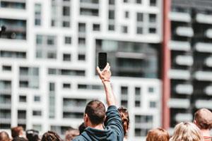 Homme tenant un iphone en main